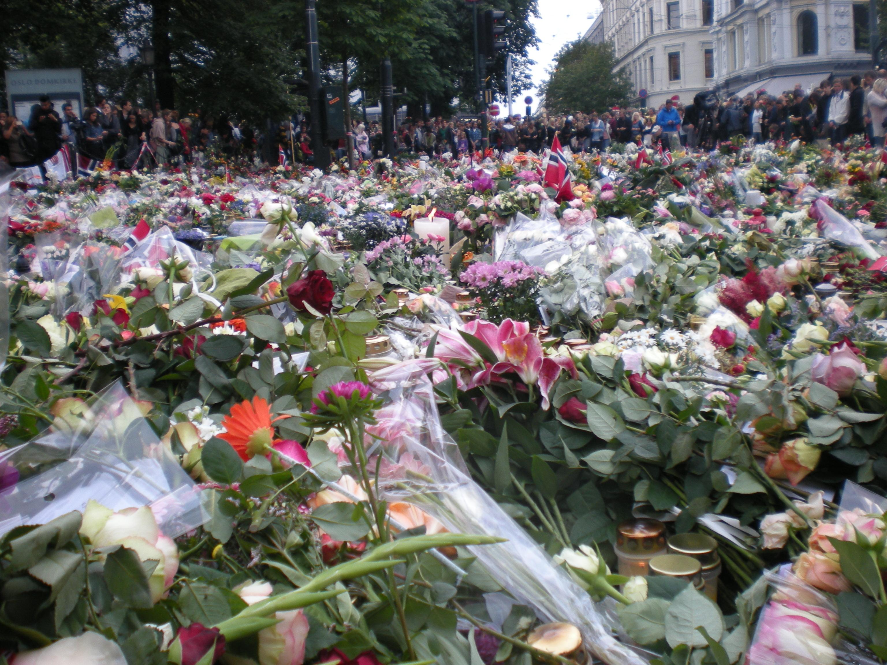 Fleurs déposées en signe de deuil à l'extérieur de la cathédrale d'Oslo