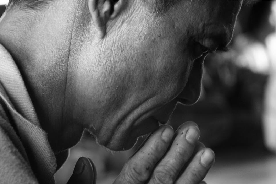 Chef chrétien du village de Mae To en prière