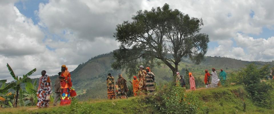 Femmes marchant sur la route au Burundi