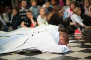 Prostration lors de l'ordination de François