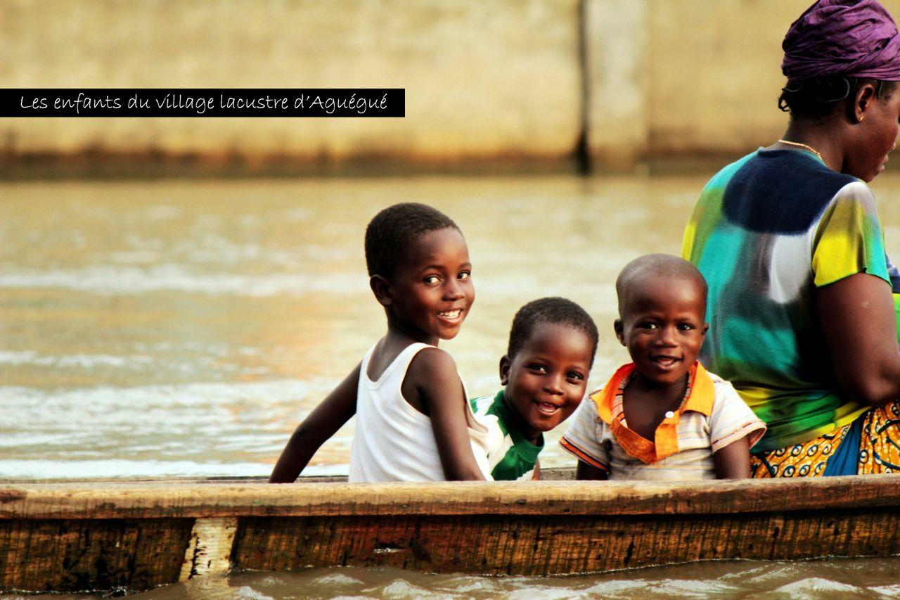 Les enfants du village lacustre d'Aguégué