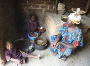 La mama qui prépare le repas de midi