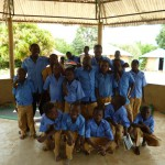 Les enfants avec leur tenue d'école