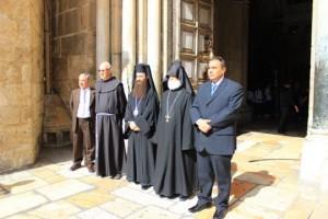 Devant la Basilique, les patriarches arménien (au chapeau pointu), grec-orthodoxe (chapeau plat) et le Custode (le franciscain) attendent le Consul