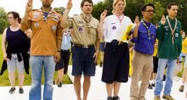 1er mai 2007 : Représentants (de g. à d.) des Scouts Israélites de France, des scouts d'Europe, scouts unitaires de France, des Scouts de France et des Scouts Musulmans de France renouvellant leur promesse lors du rassemblement des Mouvements de scoutisme de l'Essonne. Château de Chamarande, Essonne (91), France.