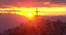 115935698-seiser-alm-sciliar-croix-au-sommet-d'une-montagne-ciel-romantique