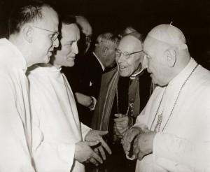 De g à d: Fr. Max THURIAN et Fr. Roger, de la Cté de Taizé, le card. Augustin BEA sj, Président du Conseil Pontifical pour l'Unité des Chrétiens, et le pape Jean XXIII, lors du Concile Vatican II. (c) Ciric-N.N-KNA-Bild