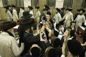 A la grande synagogue Breslev de cette communaute juive orthodoxe, les fidèles dansent à la fin de la prière marquant la fin du Shabat. (c) Ciric/Laurent Zylberman