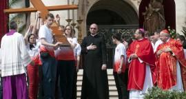 Passage de la croix et de l'icône des JMJ entre les jeunes brésiliens et les jeunes polonais lors de la messe des Rameaux, place Saint-Pierre au Vatican le 13 avril 2014. (Crédits :Alessia Giuliani/CPP/Ciric)