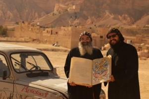 """Le """"Livre d'Orient' entre les mains de chrétiens coptes d'Egypte."""