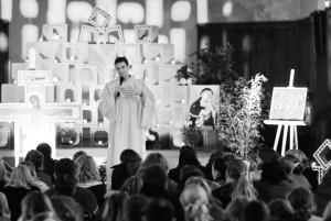 Frère Maxime lors d'une veillée avec les jeunes du diocèse de Cambrai @Jeunes.cathocambrai.com