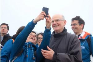 Une jeune avec Mgr Jean-Paul James, évêque de Nantes Site Communication du diocèse de Nantes Crédit photo : Anne-Laure Février