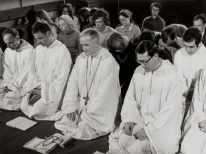 fr. Roger SCHUTZ, lors de l'ouverture de la rencontre qui rassembla 40 000 jeunes à Taizé le 30 août 1974 Crédits :  N.N./KNA-Bild/CIRIC