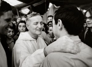 fr. Roger SCHUTZ,  saluant un jeune lors de l'ouverture de la rencontre qui rassembla 40 000 jeunes à Taizé le 30 août 1974 Crédits :  N.N./KNA-Bild/CIRIC