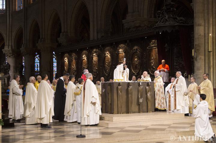 Pendant la Messe à Notre-Dame de Paris