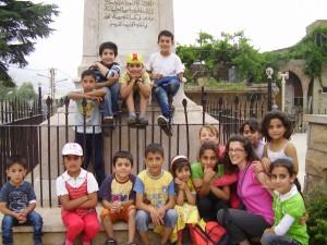 Claire avec des enfants Syriens