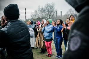 """Des fidèles célèbrent l'inauguration de l'église orthodoxe avec des chants et des danses. Camp appelé """"la Jungle de Tioxide"""" Crédits : Ciric / Guillaume Poli"""