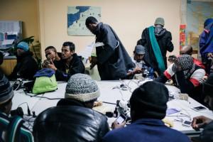 Dans les locaux du SecoursCatholique, les migrantsviennentrecharger leur portable etse connecter au WIFI. Ils peuventaussi bénéficierd'unentretien pour préparer unedemande d'asile en France.  Crédits : Ciric - Guillaume Poli