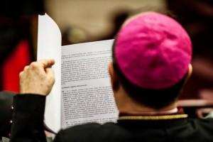 Un évêque lisant le rapport final du synode sur la famille.  Copyright : M.MIGLIORATO/CPP/CIRIC
