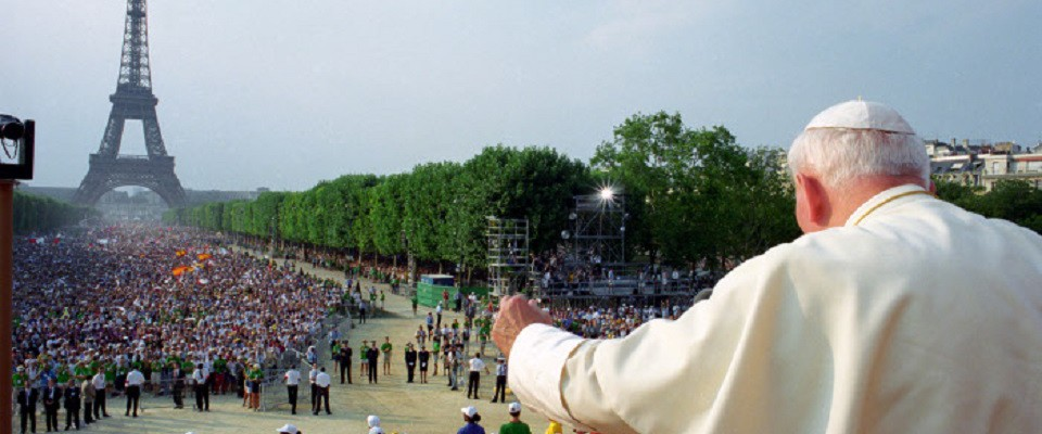 21 août 1997 : Jean Paul II saluant la foule de pèlerins lors des JMJ, au Champ de Mars, Paris, France. DIFFUSION PRESSE UNIQUEMENT  August 21,1997: John Paul II waves during a meeting with young at Champ de Mars in Paris. EDITORIAL USE ONLY. NOT FOR SALE FOR MARKETING OR ADVERTISING CAMPAIGNS.