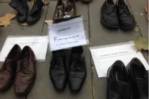 Les chaussures du Cardinal Turkson, du pape François et du Cardinal Hummes sur la place de la République le 29 novembre, jour de la Marche pour le Climat annulée.