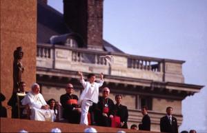 21 août 1997: Lâcher de colombe en présence de Jean Paul II et du card. Jean Marie LUSTIGER, archevêque de Paris, au Champs de Mars pendant les JMJ de Paris en 1997.
