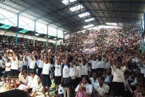 A Madagascar, messe à Akamasoa, avec le p. pedro