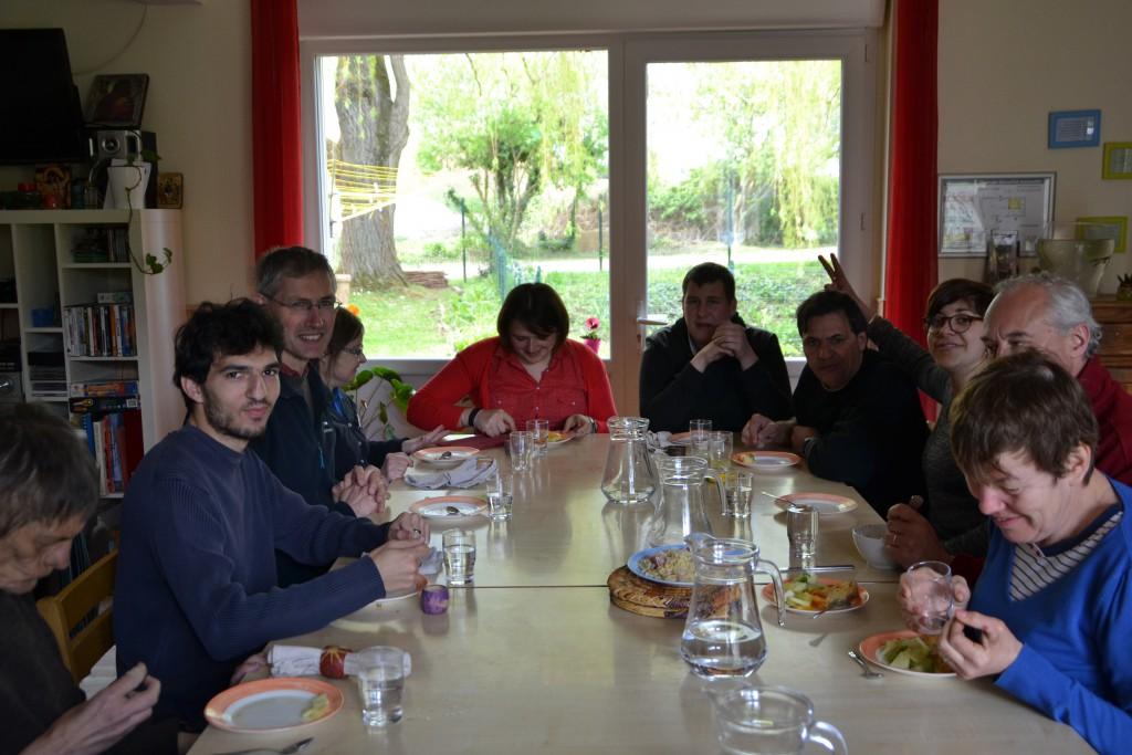 Edwin, tout à gauche, au moment du repas