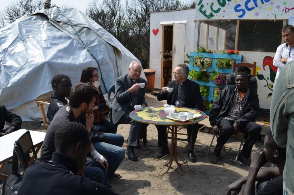 Mgr Pontier et Mgr Jaeger prennent le thé dans la jungle avec des jeunes soudanais
