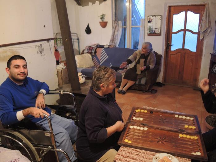 Une famille accueille Alix et Benoit en Georgie