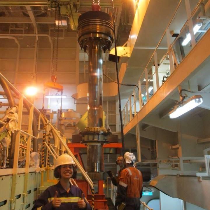 Changement d'un-piston sur un moteur deux temps mesurant 10m de haut et 27m de long
