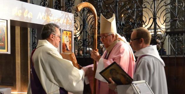 P. François Triquet devant la porte de la miséricorde de la Cathédrale de Cambrai avec son évêque.