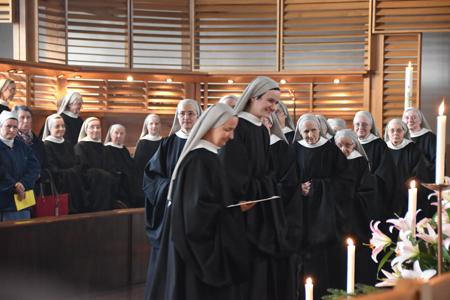 Ses 54 sœurs bénédictines l'entouraient le jour de son engagement définitif au sein de la communauté.