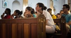 16 juillet 2013 : Les jeunes du diocèse de Lyon participent à une veillée placée sous le thème de la miséricorde, avec un temps d'adoration du Saint Sacrement et la possibilité de demander le sacrement de réconciliation. Cathédrale Saint-Sauveur, Cayenne, Guyane (973), France.  July 16, 2013: Prayer Vigil in Saint-Sauveur Cathedral of Cayenne, French Guiana, France.